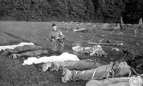 Sĩ quan tuyên úy Sampson làm lễ cho binh sĩ thiệt mạng tại Normandy. Ảnh: US Army.