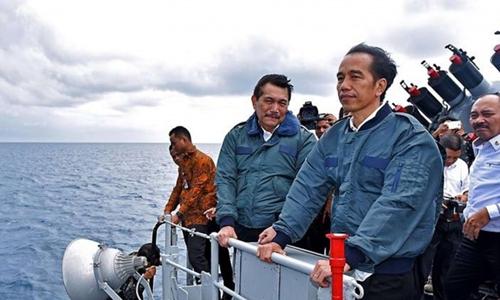 Tổng thống Indonesia Joko Widodo trên một tàu chiến gần quần đảo Natuna tháng 6/2016. Ảnh: AFP.