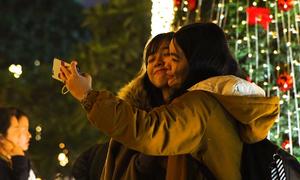 Người dân đón Giáng sinh sớm trên phố Hà Nội