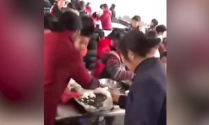 Người lạ lẻn vào căng tin trường, cướp thức ăn của học sinh