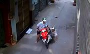 Nam thanh niên đẩy tài xế xuống đường để cướp xe ôm