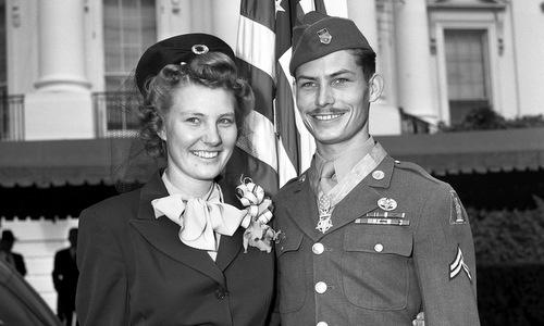 Desmond Doss (phải) sau lễ trao Huân chương Danh dự. Ảnh: War History.