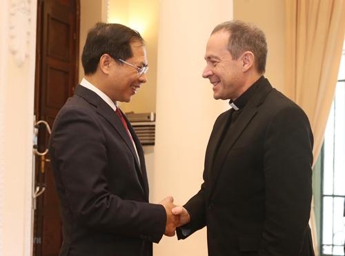 Thứ trưởng thường trực Bộ Ngoại giao Bùi Thanh Sơn (trái)và Thứ trưởng Ngoại giao Tòa thánh VaticanAntoine Camilleri tại Hà Nội. Ảnh: TTXVN.