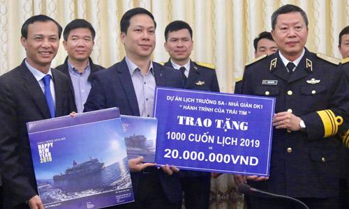 Ông Lương Thanh Nghị, ngoài cùng bên trái, và Chuẩn đô đốc Đặng Minh Hải, ngoài cùng bên phải. Ảnh: UBVK.