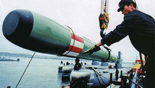 Một quả ngư lôi Yu-3 được nạp lên tàu ngầm Trung Quốc. Ảnh: Globalmil.