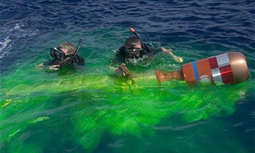 Thợ lặn của hải quân Mỹ thu hồi ngư lôi huấn luyện tại Thái Bình Dương, tháng 4/2007. Ảnh: US Navy.