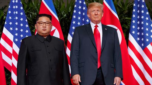 Tổng thống Mỹ Donald Trump (phải) và lãnh đạo Triều Tiên Kim Jong-un tại hội nghị thượng đỉnh ở Singapore hồi tháng 6. Ảnh: AFP.