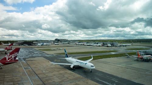 Các máy bay trên đường băng sân bay Gatwick. Ảnh: iTV.