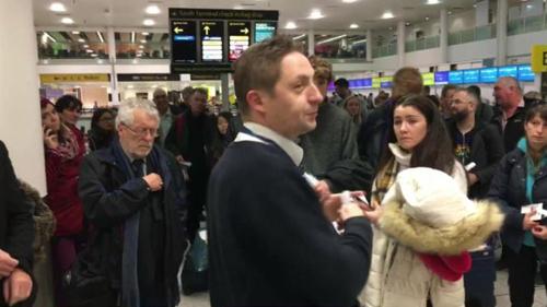 Hành khách bị trễ chuyến sau sự cố ở sân bay Gatwick hôm 19/12. Ảnh: BBC.