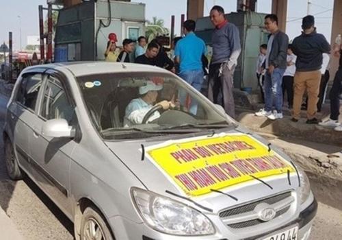 Một số tài xế tụ tập phản đối thu phí tại trạm BOT Bắc Thăng Long ngày 18/12. Ảnh: Xuân Hoa.