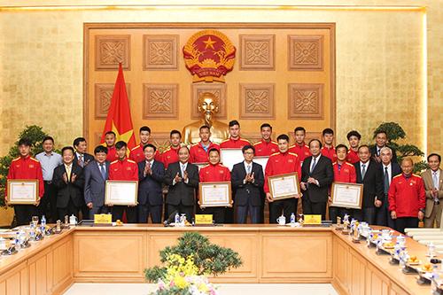 Thủ tướng chính phủ Nguyễn Xuân Phúc trao huân chương cho HLV Park Hang Seo và các cầu thủ đội tuyển Việt Nam.