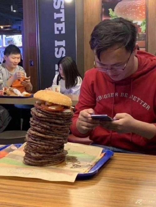 Anh rất ít khi ăn hamburger.