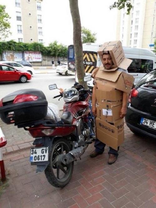 Siêu nhân thùng giấy ra phố.