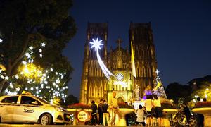 Nhà thờ lớn Hà Nội dựng cây thông cao 16 m đón Giáng sinh