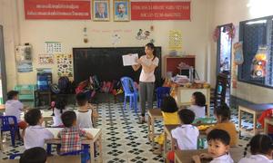 Cô giáo Quảng Trị dạy học trên đất Lào