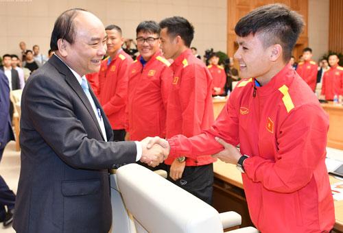 Thủ tướng bắt tay cầu thủ Nguyễn Quang Hải. Ảnh: VGP