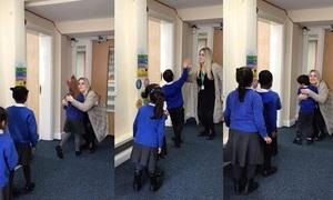 Cô giáo Anh chào từng học sinh mỗi sáng