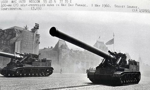 Pháo 2A3 Kondensator 2P trong lễ duyệt binh ngày 1/5/1960 trên Quảng trường Đỏ, Moskva. Ảnh: CIA.