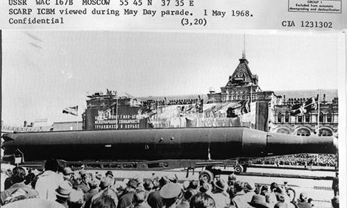 Tên lửa đạn đạo liên lục địa R-36 trong lễ duyệt binh ngày 1/5/1968 tại Quảng trường Đỏ, Moskva. Ảnh: CIA.