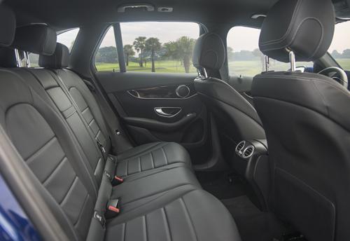 Hàng ghế sau trên một mẫu GLC 200.