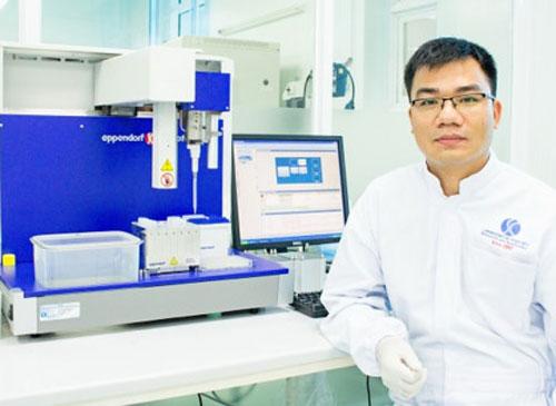 PGS Phạm Văn Phúc tại phòng nghiên cứu. Ảnh: NVCC.