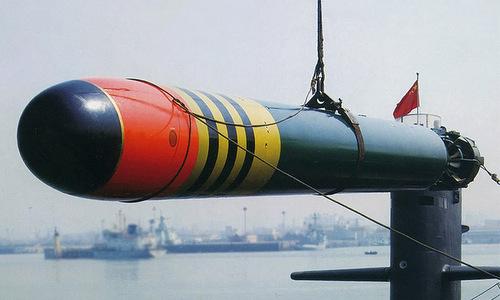 Ngư lôi huấn luyện Yu-6 Trung Quốc được nạp lên tàu ngầm hồi năm 2017. Ảnh: Sina.