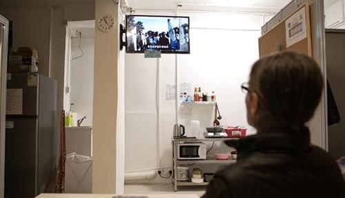 Hung trong căn hộ nhà ở xã hội mới được một tổ chức phi chính phủ cung cấp. Tuy nhiên, thời hạn ở trong những căn phòng thế này tối đa là 6 tháng.Ảnh: SCMP.
