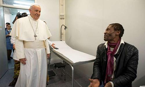 Giáo hoàng Francis tới thăm một ngườinghèo trong phòng khám di động ở Quảng trường Thánh Peter hôm 16/11. Ảnh: Vatican.