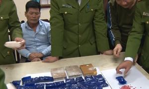 Cảnh sát thu ma túy mua bán trên đường phố