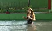 Thủ đô Cuba chìm trong nước vì sóng biển tràn đê