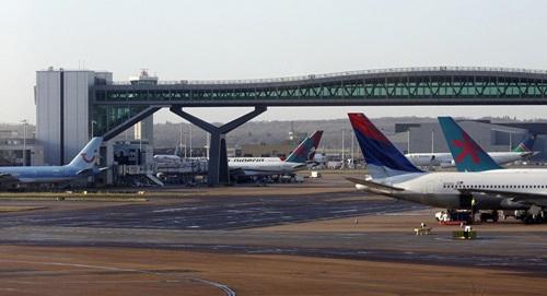 Các máy bay tại sân bay quốc tế Gatwick ở thủ đô London, Anh. Ảnh: AP.