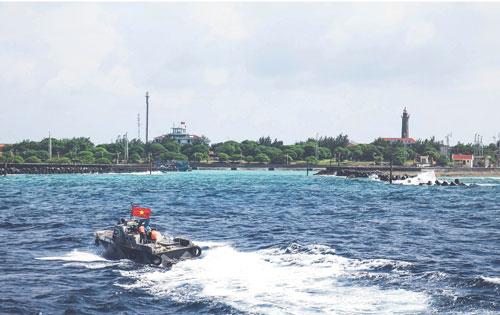 Đảo Song Tử Tây nhìn từ biển. Ảnh: Bảo Nam - Hải Yến.