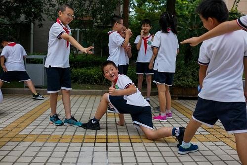 Đồng phục sẽ theo dõi vị trí của từng học sinh. Ảnh: AFP
