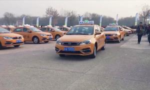Taxi nhiên liệu sạch lăn bánh trên đường phố Trung Quốc