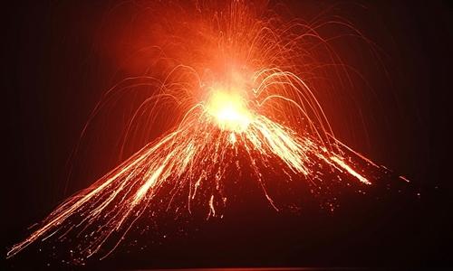 Núi Krakatoa hoạt động hồi tháng 7. Ảnh: AFP.