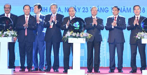 Thủ tướng Nguyễn Xuân Phúc(giữa) và các đại biểutại lễ vận hành thương mại Lọc hoá dầu Nghi Sơn chiều 23/12. Ảnh: Lê Hoàng.