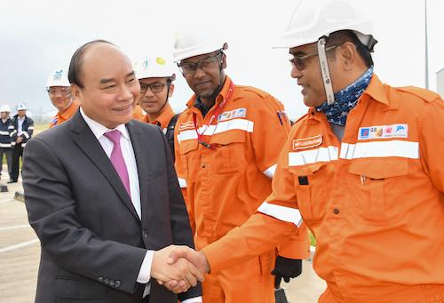 Thủ tướng thăm hỏi chuyên gia nhà máy lọc dầu Nghi Sơn. Ảnh: VGP