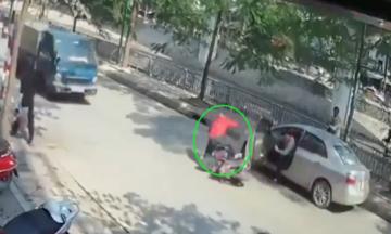 Tà i xế má» cá»a ôtô hất ngÆ°á»i Äà n ông ngã và o gầm xe tải