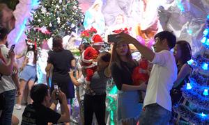 Hàng nghìn người đổ về xóm đạo Sài Gòn đón Giáng sinh