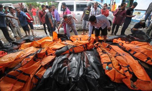 Thi thể nạn nhân được tập hợp ở tỉnh Banten, Indonesia vào chiều 23/12. Ảnh: AFP.