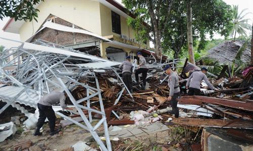 Cảnh sát Indonesia tìm kiếm nạn nhân trong đống đổ nát tại tỉnh Banten vào hôm nay, hai ngày sau trận sóng thần tại eo biển Sunda. Ảnh: AFP.