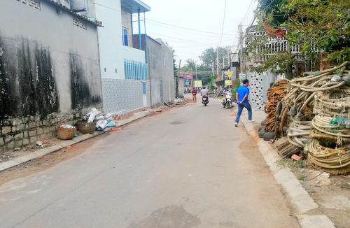 Con đường xảy ra hỗn chiến giữa hai nhóm thanh niên. Ảnh: Nguyễn Khoa.
