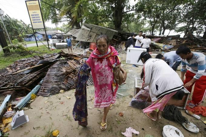 Cảnh đổ nát dọc bờ biển sau sóng thần Indonesia