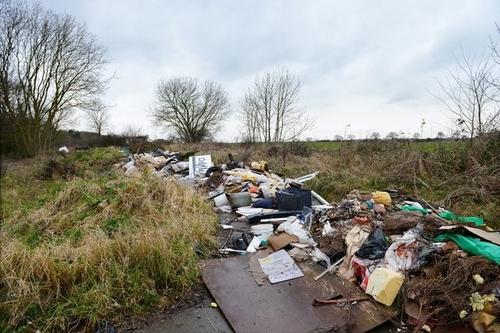 Một góc của bãi rác chui gần 50 tấn. Ảnh: Grimsby Live.