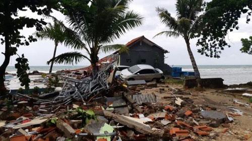 Khung cảnh đổ nát ở bãi biển Carita ở Indonesia sau thảm họa sóng thần hôm 22/12. Ảnh: Reuters.