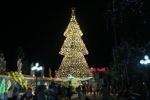 Cây thông Noel được làm từ 1.200 chiếc nón lá tại giáo xứ Hà Phát. Ảnh: Phước Tuấn.