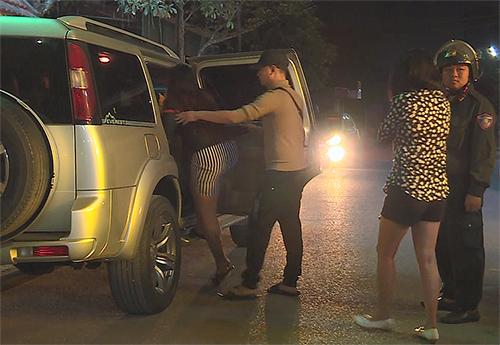 Một số cô gái trong tiệc ma túy bị cảnh sát áp tải lên xe công vụ đưa về trụ sở. Ảnh: A.C