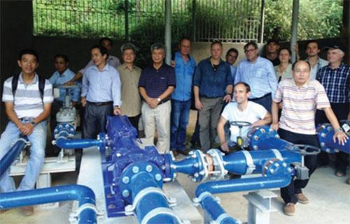 Đoàn công tác của Bộ Khoa học và Công nghệ kiểm tra tại nhà máy bơm nước, thôn Xéo hồ, xã Thài phìn Tủng, huyện Đồng văn tháng 10/2017. Ảnh: NVCC.