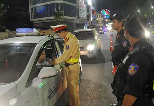 Cảnh sát giao thông Quảng Ninh trong một đợt phối hợp với cảnh sát cơ động kiểm tra nồng độ cồn tài xế ôtô. Ảnh: Minh Hải