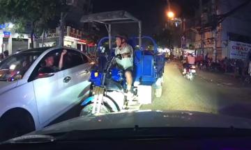 Tà i xế ôtô Ãp lùi xe ba gác Äi ngược chiá»u á» Sà i Gòn
